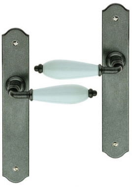 Poign e de porte int rieure rustique en fer forg patin et porcelaine blanche sur plaque bdc - Poignee de porte porcelaine ...